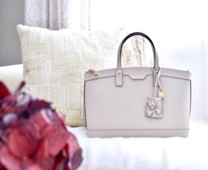 This gorgeous creamy light grey handbag is perfect for thehellip